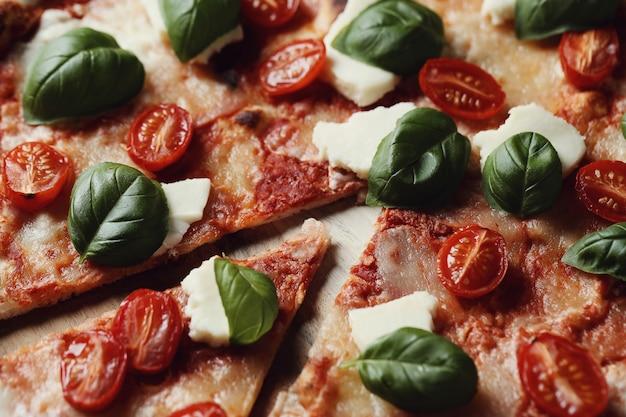 Leckere pizza mit basilikum