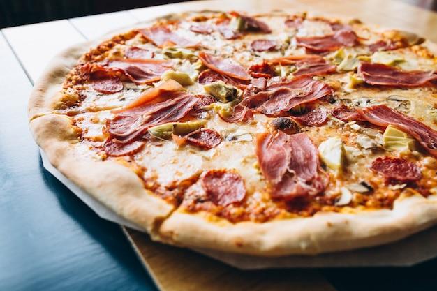 Leckere pizza mit fleisch