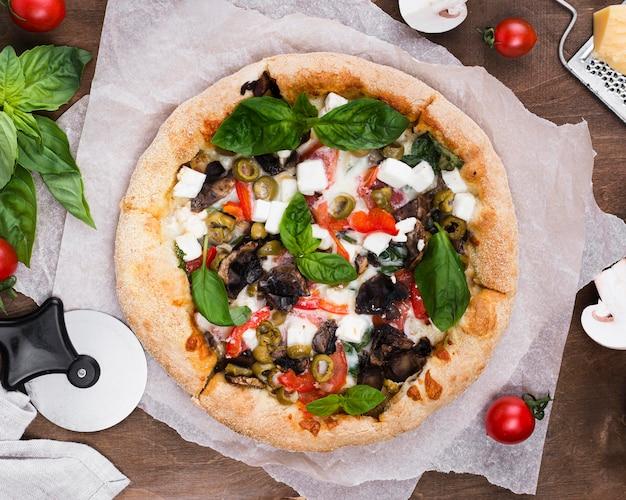 Leckere pizza mit gemüse arrangement