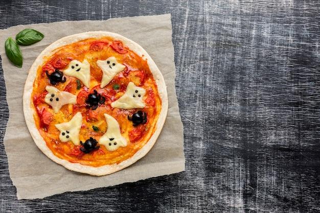 Leckere pizza mit halloween-geister