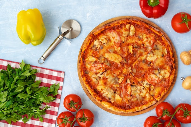 Leckere pizza mit huhn und pilzen, draufsicht auf grauem hintergrund