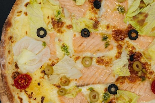 Leckere pizza mit lachs und oliven