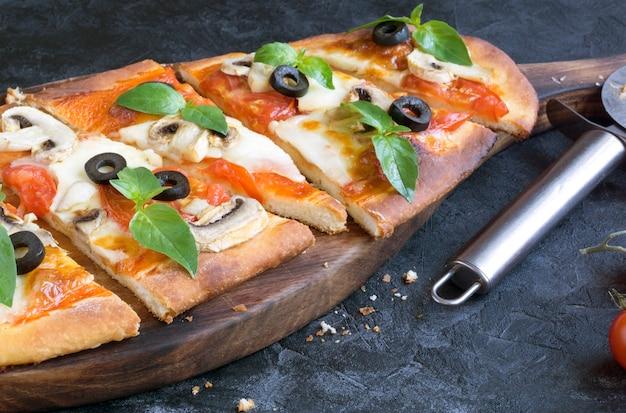 Leckere pizza mit pilzen.