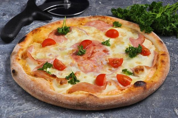 Leckere pizza mit rührei schinken kirschtomatengrün