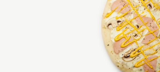 Leckere pizza schinkenpilze serviert auf einem holzteller, zutaten