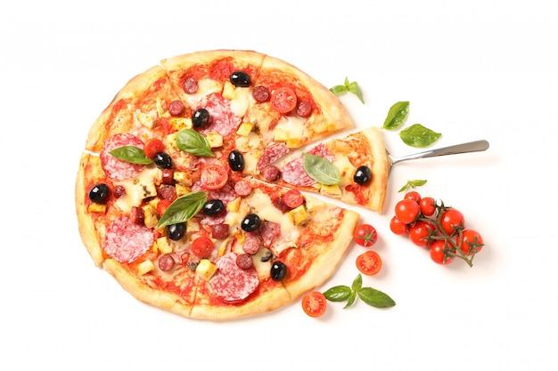 Leckere pizza und zutaten lokalisiert auf weißem hintergrund