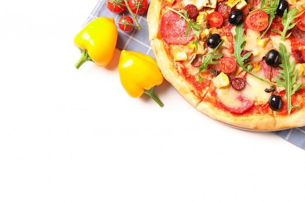Leckere pizza, zutaten und handtuch lokalisiert auf weißem hintergrund