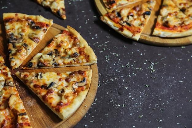 Leckere pizzen mit hühnchen, pilzen und käse