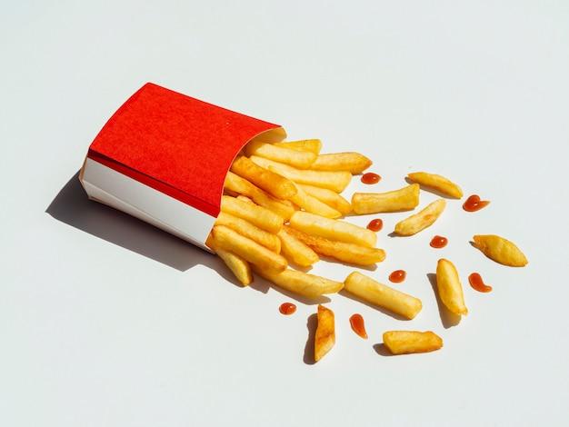 Leckere pommes frites auf einem tisch