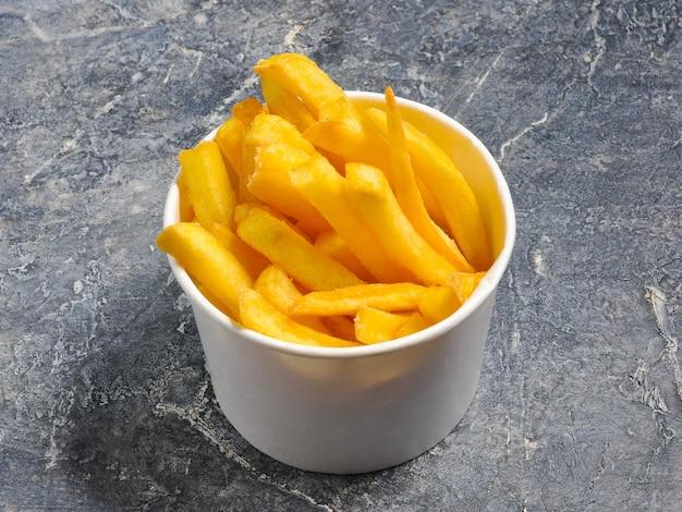 Leckere pommes frites in einem weißen runden karton