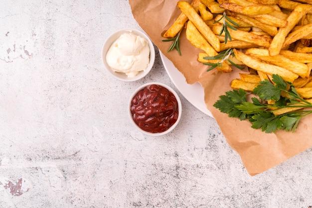 Leckere pommes frites mit ketchup und sauce