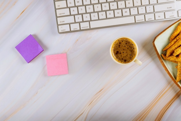 Leckere pommes frites mit tasse kaffee und computer-tastatur