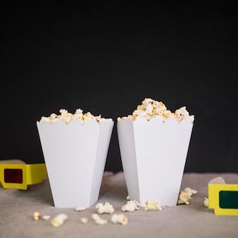 Leckere popcornboxen auf dem tisch