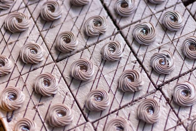 Leckere quadratische kuchen mit einem spiralförmigen belag.