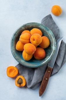 Leckere reife aprikosen auf leichtem beton