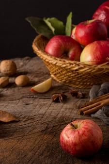 Leckere rote äpfel im korb