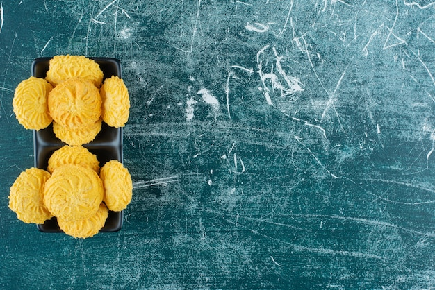 Leckere runde kekse in schwarzen schalen.