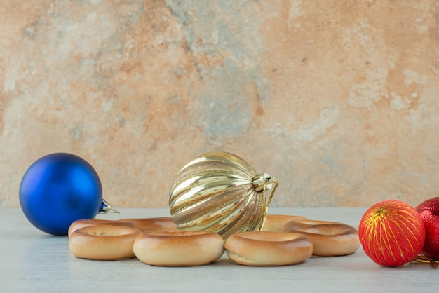 Leckere runde süße kekse mit weihnachtskugeln auf weißem hintergrund. hochwertiges foto