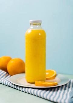 Leckere saftflasche und orangen