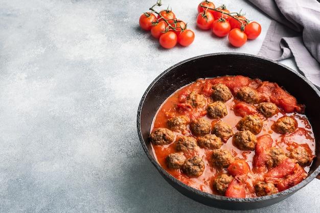 Leckere saftige fleischbällchen in tomatensauce