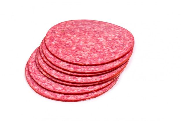 Leckere salami-scheiben isoliert auf weiß