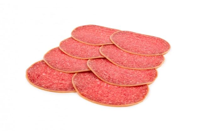 Leckere salami-scheiben isoliert.