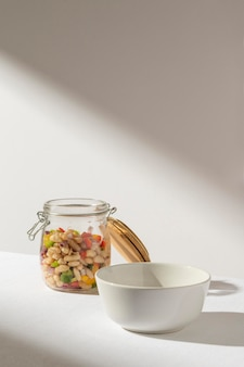 Leckere salatbohne in einem glas und schatten