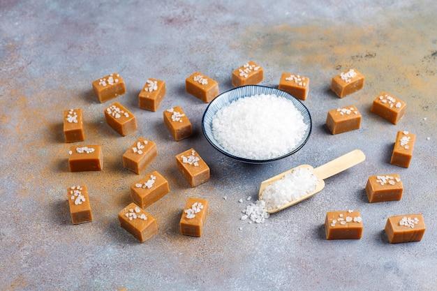 Leckere salzige karamell-fudge-bonbons mit meersalz, draufsicht