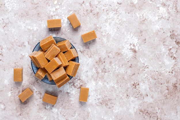 Leckere salzige karamell-fudge-bonbons mit meersalz