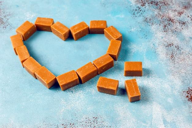 Leckere salzige karamellfondant-bonbons mit meersalz, draufsicht