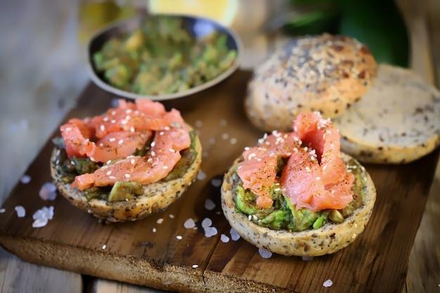 Leckere sandwiches mit lachs und guacamole.