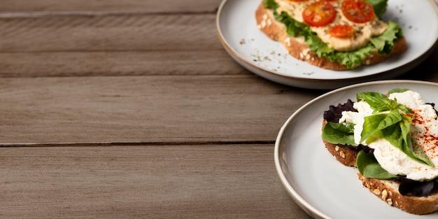 Leckere sandwiches mit salatrahmen