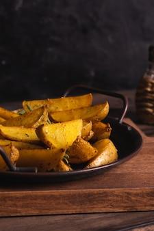Leckere scheiben ofenkartoffeln mit rosmarin und öl