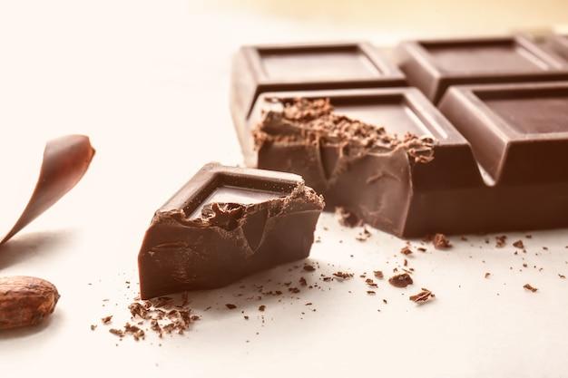 Leckere schokolade auf dem tisch