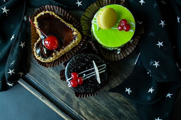 Leckere schokolade, keks und pistazienkuchen