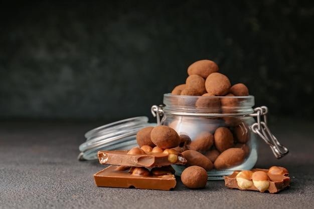 Leckere schokolade mit nüssen auf dunklem