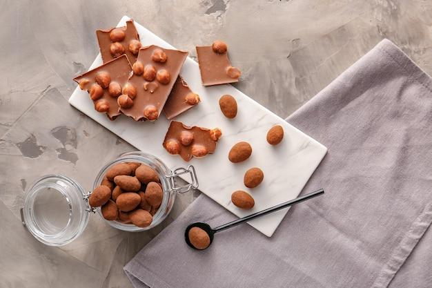 Leckere schokolade mit nüssen auf grunge