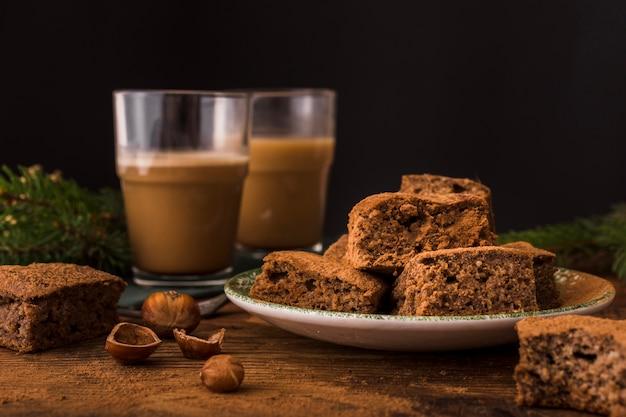 Leckere schokoladen-brownies und kastanien