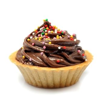 Leckere schokoladen-cupcakes isoliert auf weißem hintergrund.