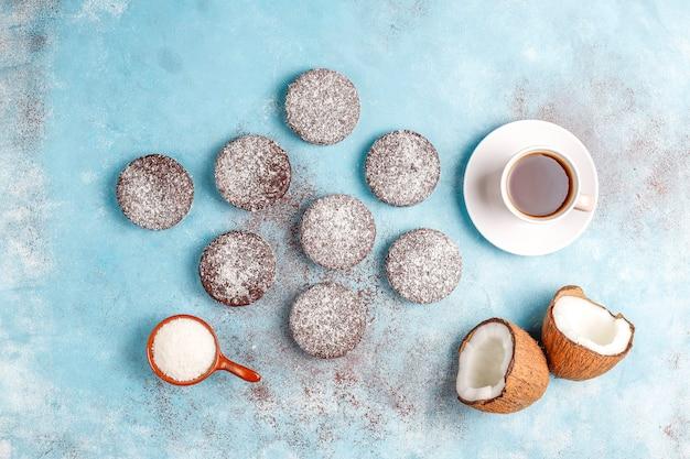 Leckere schokoladen- und kokosnusskekse mit kokosnuss