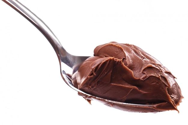 Leckere schokoladencreme auf einem löffel