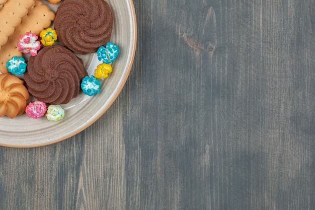 Leckere schokoladenkekse mit bunten bonbons Kostenlose Fotos