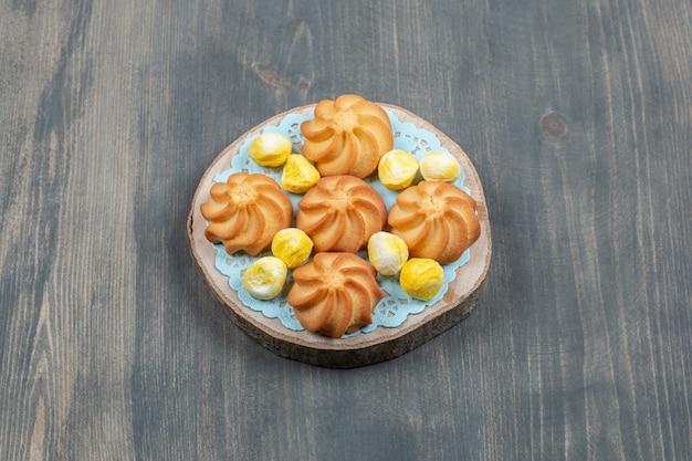 Leckere schokoladenkekse mit gelben bonbons Kostenlose Fotos