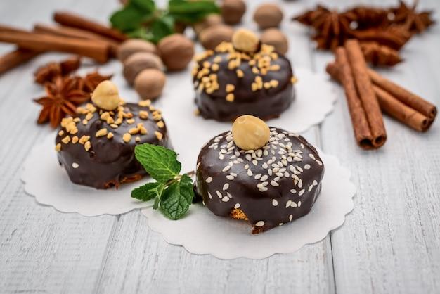 Leckere schokoladenkuchen auf tischnahaufnahme mit nüssen