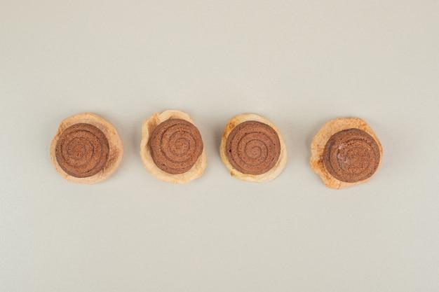 Leckere schokoladenplätzchen auf grauer oberfläche