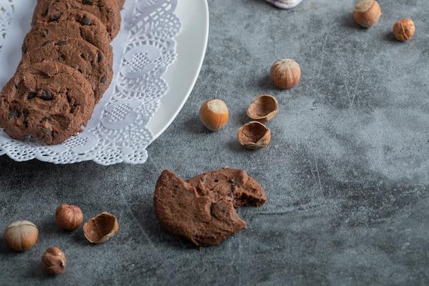 Leckere schokoladenplätzchen auf weißer serviette.