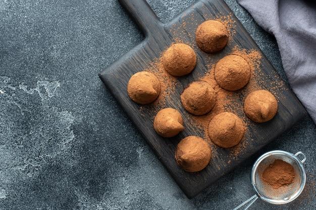 Leckere schokoladentrüffel mit kakaopulver und walnüssen bestreut