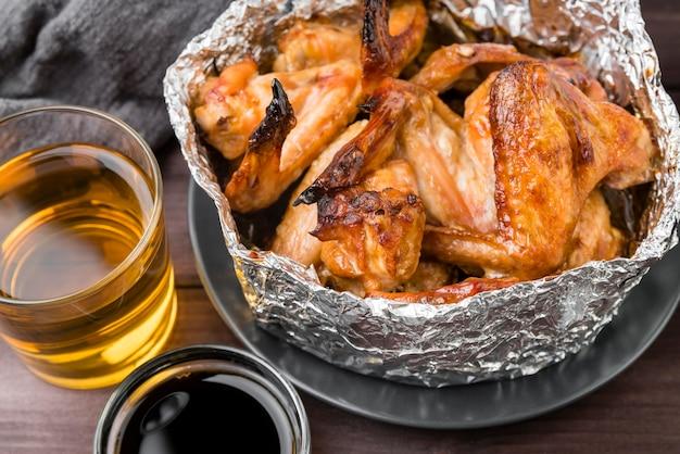 Leckere schüssel hühnerflügel und alkohol
