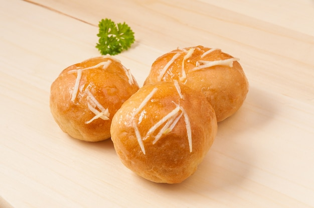 Leckere scones pampushki mit knoblauch auf einem holzbrett