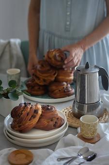 Leckere skandinavische brötchen mit schokoladenstückchen. frisches bäckereifrühstück, draufsicht